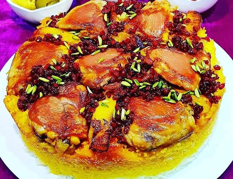 ته انداز مرغ برخلاف اسم به ظاهر سختش یک غذای بسیار ساده و البته بسیار لذیذ و خوشمزه است که به آن ارمنی پلو هم میگویند که احتمالا پخت آن ریشه در آشپزی ارمنی دارد. در ته انداز مرغ ما به جای ته دیگ نان، سیب زمینی یا ته دیگ برنج، مرغ ته دیگ شده داریم. در این غذا نوع برنج مهم نیست یعنی شما میتوانید ته انداز مرغ را با سبزی پلو، لوبیا پلو، عدس پلو یا هر نوع پلوی دیگری که میپسندید استفاده کنید. به جای مرغ هم میتوانید از گوشت و ماهی هم میتوانید درست کنید. ۳ طرز تهیه ته انداز مرغ زعفرانی مجلسی با زرشک، سبزی پلو یا عدس پلو بدون پلوپز را در مجله کوروش بخوانید. طرز تهیه ته انداز مرغ زعفرانی مجلسی   3 طرز تهیه ته انداز مرغ زعفرانی مجلسی با زرشک پلو، سبزی یا عدس پلو بدون پلوپز [کلیک و کشیدن برای جابجایی]   مواد لازم برای ۶ نفر  ران یا سینه مرغ: ۶ تکه (اگر بال مرغ استفاده میکنید چند تکه بیشتر)  برنج: ۴ لیوان  زعفران دم کرده غلیظ: ۵ قاشق  پیاز: ۱ عدد  نمک، فلفل و زردچوبه: به مقدار لازم  پودر سیر و پودر پاپریکا: به مقدار لازم  روغن مایع: به مقدار لازم   طرز تهیه  برنجها را در آب و نمک خیس کنید. تکههای خام مرغ را با پیاز خرد شده، نمک، زعفران، پودر سیر و پودر پاپریکا مزهدار کنید. بعد از چند ساعت مرغهای مزهدار شده را از یک طرف خوب سرخ کنید. سمت دیگر مرغ که قرار است کف قابلمه قرار بگیرد نیازی به سرخ شدن ندارد. در این فاصله برنج را در آب جوش بریزید و بپزید و آبکش کنید. برنج نباید نرم شود و باید دان باشد.   کف قابلمه مورد نظرتان مقداری روغن بریزید و وقتی روغن داغ شد مرغها را از سمتی که سرخ نشده است کف قابلمه بچینید. مقداری از برنج را با کمی زعفران قاطی کنید. لابه لا و روی مرغها برنج بریزید و آن را پهن کنید. برنج زعفرانی شده را بیشتر در سمت دور قابلمه بریزید تا هنگام سرو غذا لایه زعفرانی برنج مشخصتر باشد.  روی برنج را مخلوطی از کره آب شده و زعفران دم کرده بریزید و با کف دست برنج را کمی فشار دهید. ته انداز مرغ زعفرانی مجلسی را روی شعله ملایم گاز و شعله پخشکن به مدت ۱ الی ۱ و نیم ساعت دم بگذارید تا مرغها حسابی سرخ و حنایی شوند. بعد از پخت ته انداز آن را به صورت قالبی در یک دیس گرد برگردانید.  برای درست کردن ته انداز مرغ طعم زعفران را جدی بگیرید و در استفاده از آن دست و دلباز باشید. طعم اصلی ا