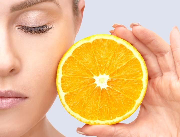 """بشر از دیرباز آرزو داشته است همچنان که پا به سن میگذارد، زیبایی و جوانی پوست خود را حفظ کند. سلولهای پوست در جوانی پروتئینی به نام کلاژن تولید میکنند که سبب نرمی و حفظ استحکام بافت پوست و بازسازی دائمی آن میشود. اما با افزایش سن، رفتهرفته تولید کلاژن کاهش مییابد و پوست آسیبپذیر میشود. این عامل و در کنار آن، داشتن سبک زندگی نادرست سبب تسریع روند پیری پوست میشود؛ به طوری که گاهی سن ظاهری افراد بیشتر از عددی که شناسنامهشان نشان میدهد به نظر میرسد. در این مقاله قصد داریم بگوییم که چگونه پوستی جوان داشته باشیم.  ۱. شستوشوی شبانه  به گفتهی دکتر """"Doris Day """"، متخصص پوست در نیویورک سیتی، بسیار مهم است که شب، قبل از پوشیدن لباس خواب، صورت خود را با یک پاککنندهی مناسب بشویید. باقیماندن آلودگی، باکتری یا مواد آرایشی روی پوست، سبب بسته شدن منافذ آن میشود. اما اگر این آلودگیها را با یک شویندهی مناسب از سطح پوست خود پاک کنید، مواد محافظتکنندهای که توسط خود پوست ترشح میشود و به عمق آن نفود میکند باعث بهبود سلامت پوست میشود. صبحها نیز پوست خود را تنها با آب ولرم بشویید. اما به یاد داشته باشید که بعد از سن چهل سالگی، به دلیل تغییرات هورمونی، پوست چربی کمتری تولید میکند؛ بنابراین شستوشوی بیش از حد ممکن است به خشکی، تغییر رنگ چهره و در نهایت ایجاد چین و چروک در پوست بینجامد.  ۲. محافظت در مقابل آفتاب  اگر روزانه تنها به مدت ۱۰ دقیقه بدون ضد آفتاب مناسبی که پوست شما را از اشعههای UVA و UVB حفظ کند در مقابل آفتاب قرار بگیرید ظرف ۱۲ هفته چین وچروکها و ککو مکها مهمان پوست شما خواهند شد. اشعههای UVA میتوانند با نفوذ به عمق پوست، به ساختار کلاژن، این کیمیای جوانیِ پوست آسیب برسانند. پس محافظت از پوست در مقابل خورشید بسیار ضروری است.  ۳. مدیریت استرس  مدیریت استرس - چگونه پوستی جوان داشته باشیم  به گفتهی """"Amy Wechsler""""، متخصص پوست، روانشناس و نویسندهی کتاب «ارتباط ذهن و زیبایی» استرسهای روحی و عاطفی حتی گاهی سن افراد را پنج سال پیرتر از آنچه واقعا هستند نشان میدهد. اضطراب، میزان ترشح هورمون کورتیزول را افزایش میدهد که باعث التهاب و شکستن کلاژن میشود و غالبا در کنار آن، پوست واکنشهای هیستریک نظیر تورم یا قرمزی نشان میدهد و گاهی منجر به ظهور آکنه نیز میشود. برای سرکوب اثر این هورمون، مصرف غذاه"""
