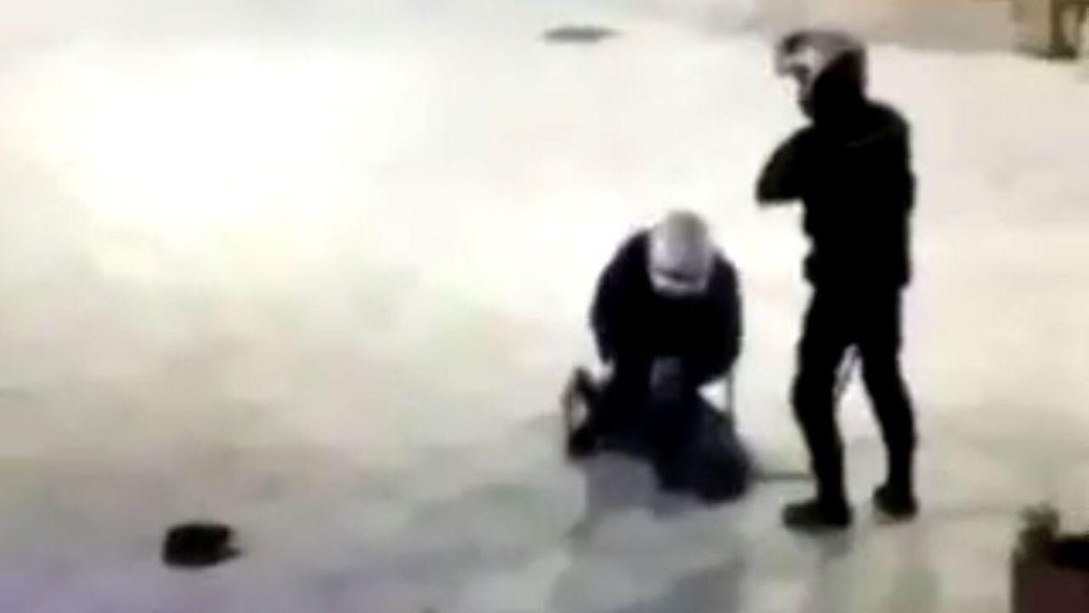 ضرب و شتم شدید پلیس با دختر جوان در خیابان جنجالی شد + ویدئو