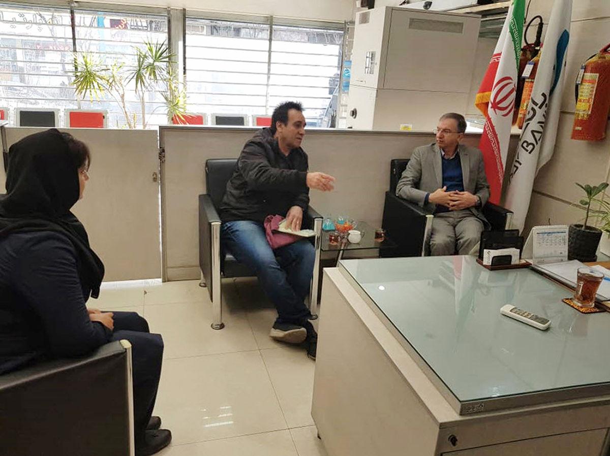 بازدید سرزده مدیرعامل بانک دی از شعبه آفریقا