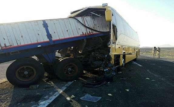 واژگونی یک اتوبوس در برخورد با تریلی
