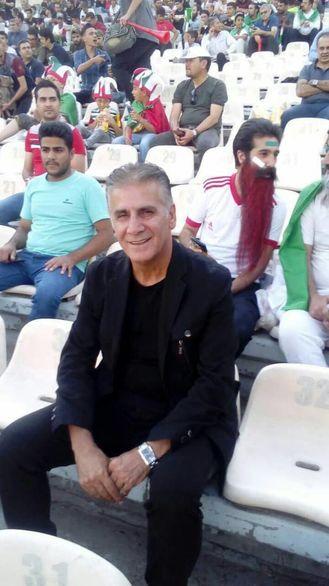 کیروش در ورزشگاه ازادی بازی ایران را با خانم های ایرانی دید + عکس