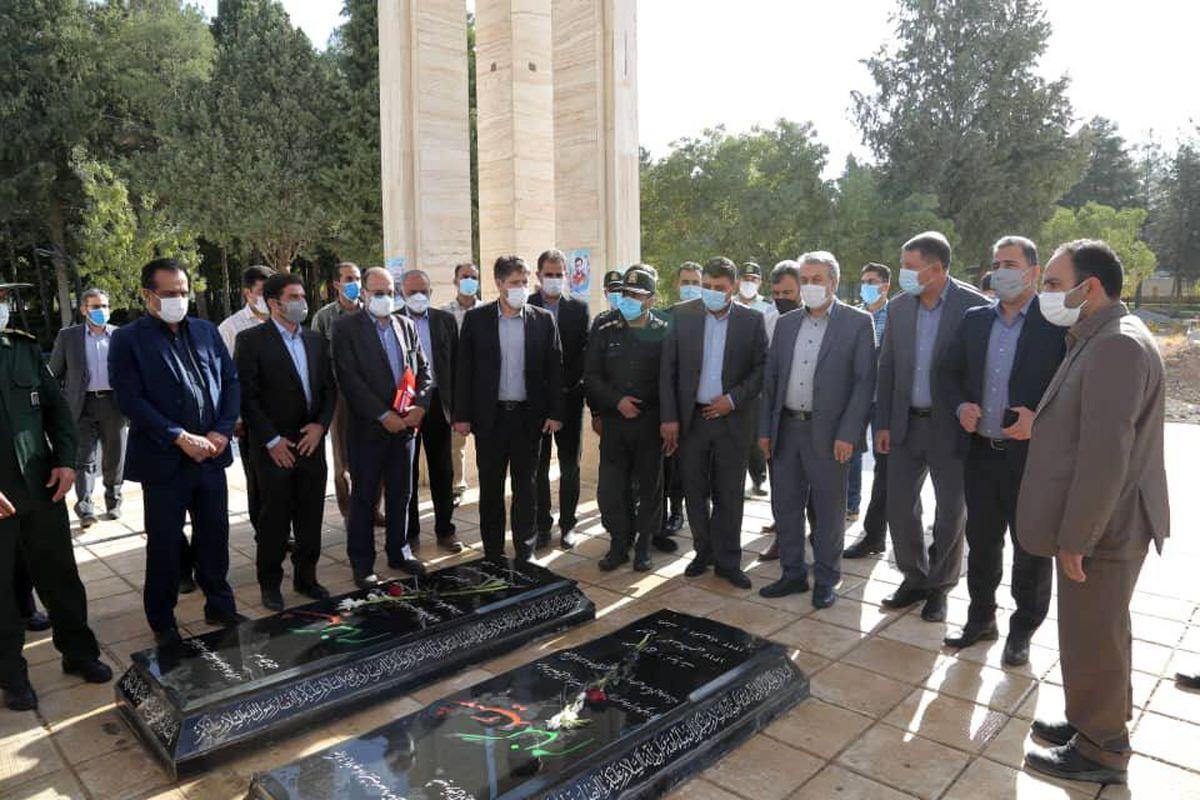 ادای احترام وزیر صمت به مقام شامخ شهدای ایوان