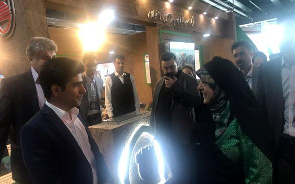 بازدید معاون امور زنان و خانواده رئیس جمهور از غرفه ذوب اهن اصفهان