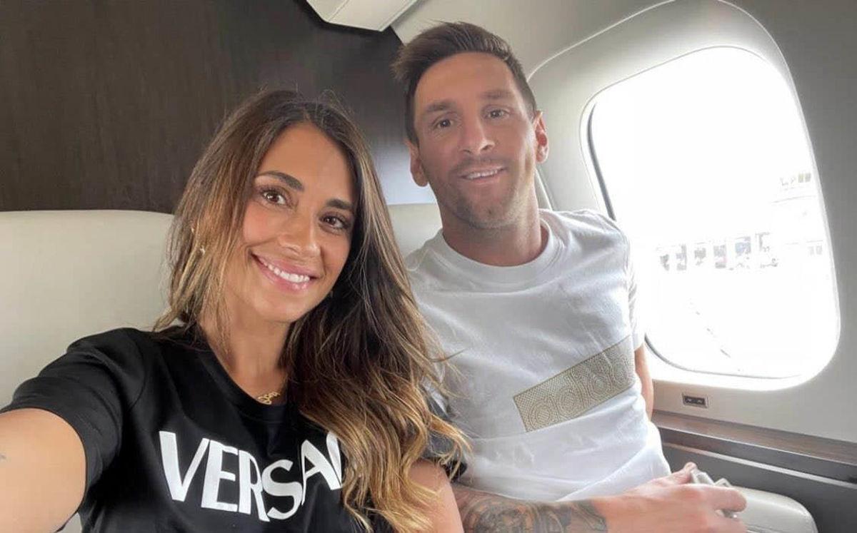 مسی و همسرش در هواپیمای شخصی در راه پاریس + عکس