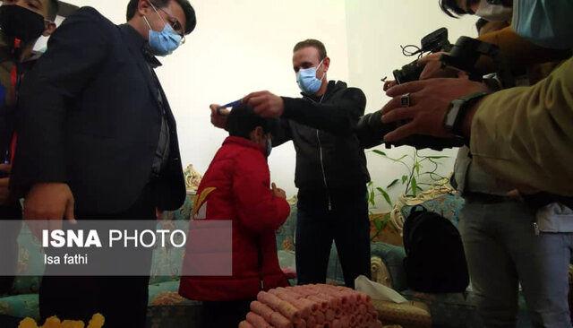 (عکس) گلمحمدی مدال نایب قهرمانی را به خانواده هوادار فقید پرسپولیس اهدا کرد