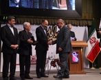 دریافت تندیس بلورین دهمین همایش جایزه ملی مدیریت مالی ایران
