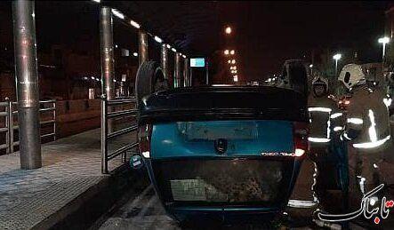 واژگونی شبانه خودرو در خط بیآرتی