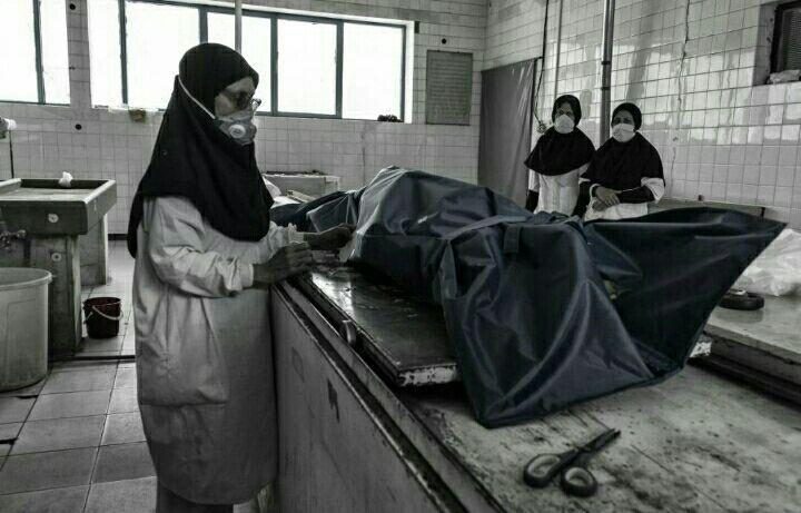عجیب اما واقعی | غسل دادن مردگان کرونایی توسط دختری جوان در قم + فیلم
