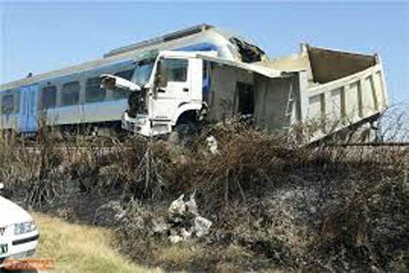 برخورد قطار با خودرو در قزوین جان یک نفر را گرفت