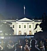 ورودی کاخ سفید به آتش کشیده شد+عکس