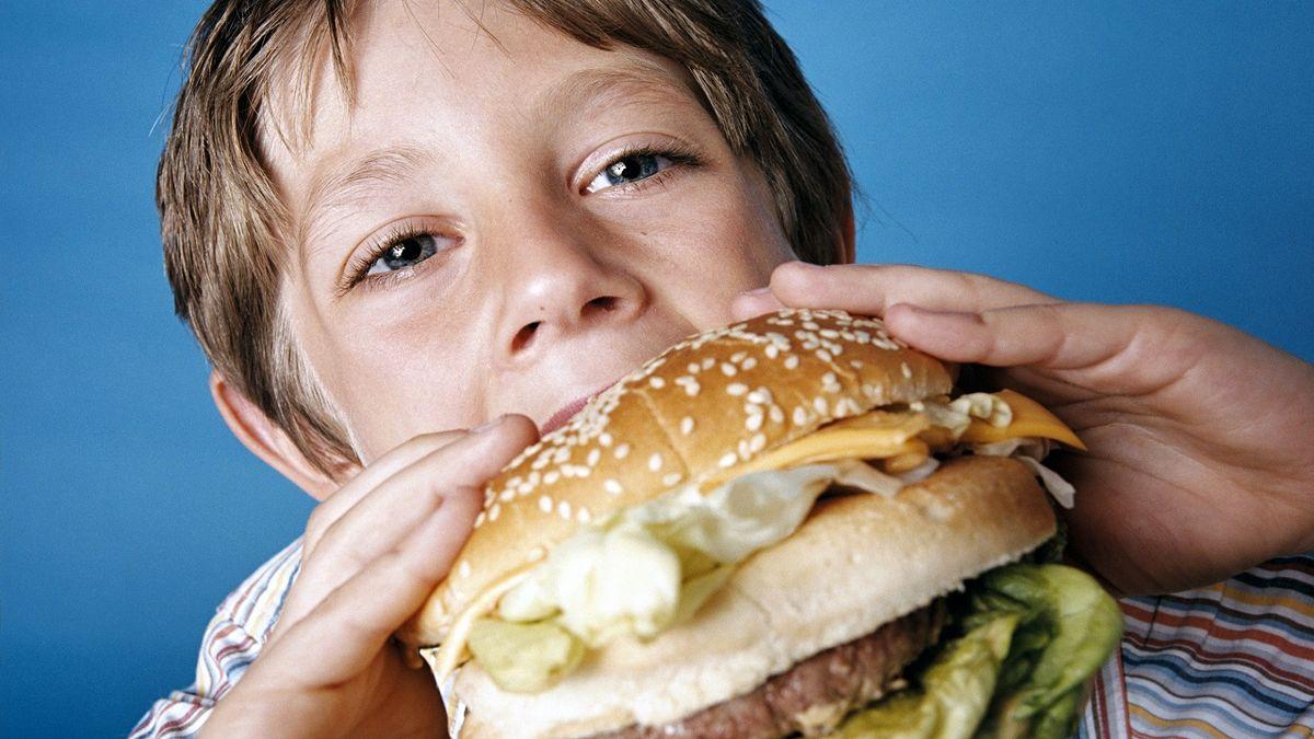 ۷ خوراکی که هرگز نباید کودکان مصرف کنند + عکس