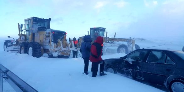 بارش برف سنگین محور قزوین به رشت را مسدود کرد