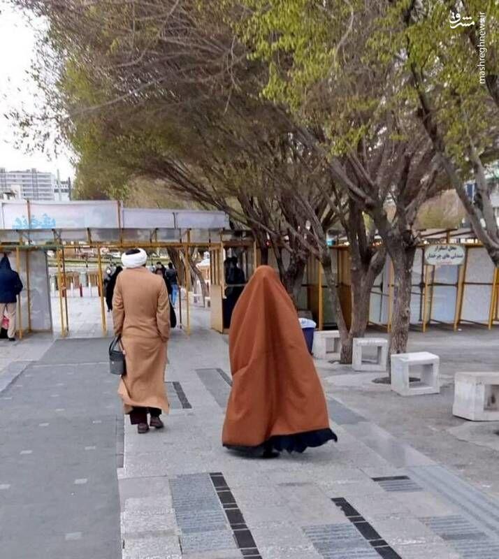 عاشقانه یک روحانی برای همسرش در خیابان های مشهد + عکس