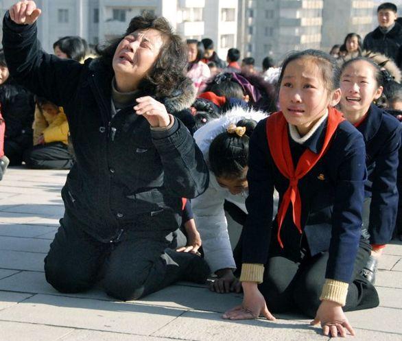 فیلم/ عزاداری چهارمین سال درگذشت کیم جونگ ایل (پدر کیم جونگ اون) در کره شمالی!